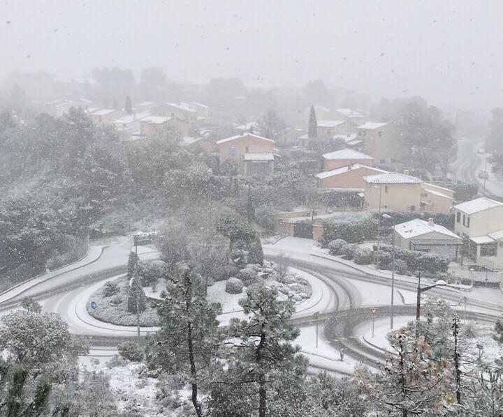 La neige s'accroche à Saint-Raphaël, ce lundi 26 février.
