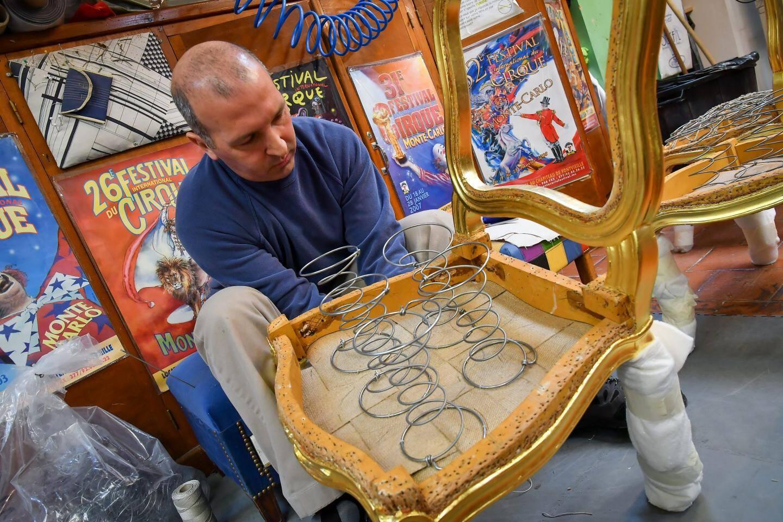 Le tapissier Christian Bagnasco à l'œuvre. Ces chaises ne seront refaites que par la prochaine génération de tapissier.