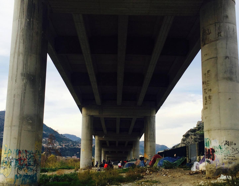 Actuellement, entre 200 et 300 personnes vivent sous le pont de l'autoroute à Vintimille.