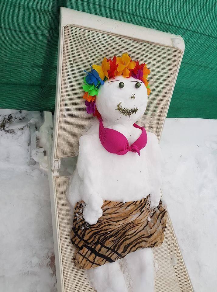 Changement de saison pour ce bonhomme de neige.