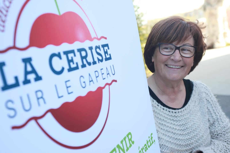 """Comme tous les coopérateurs de l'association farlèdoise, Mireille, la trésorière, fait """"sa part de cerise"""" avec le sourire."""