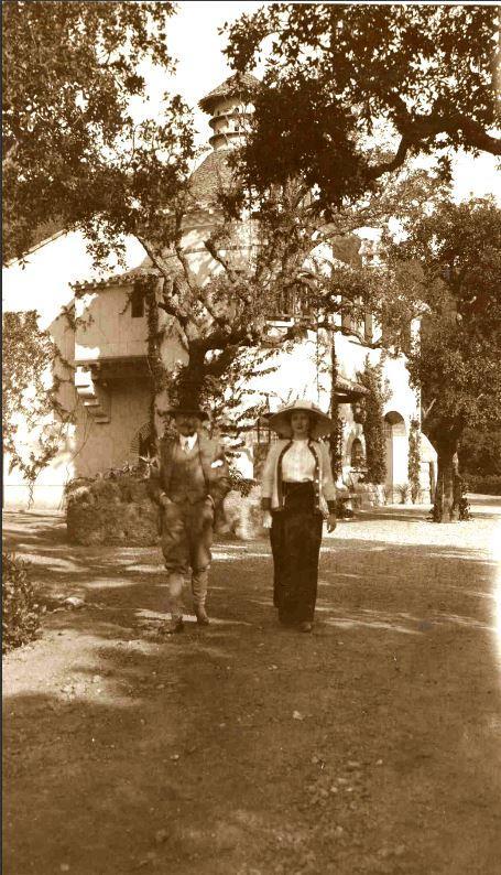 Alfred-Théodore et Thérèse Courmes devant la ferme en 1912.