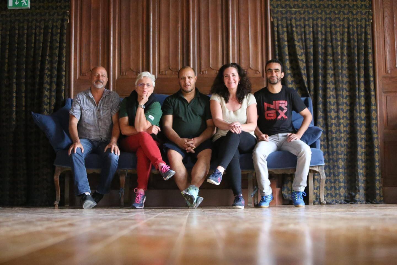 Le metteur en scène, la psychologue et les trois éducateurs.