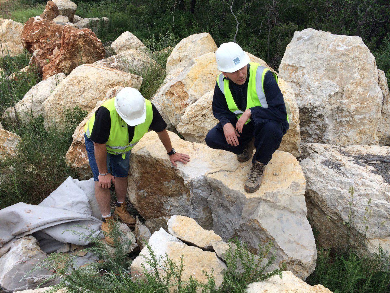 ...  Un coup de détonateur et le résultat est sans appel: le rocher est brisé.