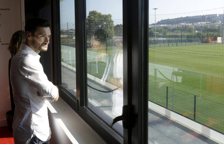 Hugo Lloris découvre le centre d'entraînement.