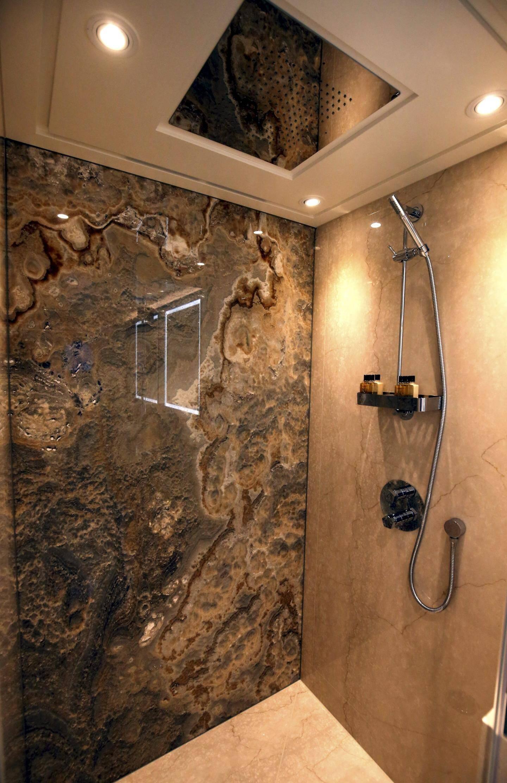 La salle de bain se compose également d'une douche thérapeutique