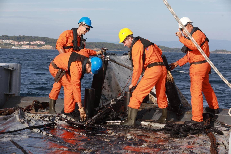 A bord du Taape, les marins manœuvrent un petit chalut sur les zones où sont repérées des traces d'hydrocarbures.
