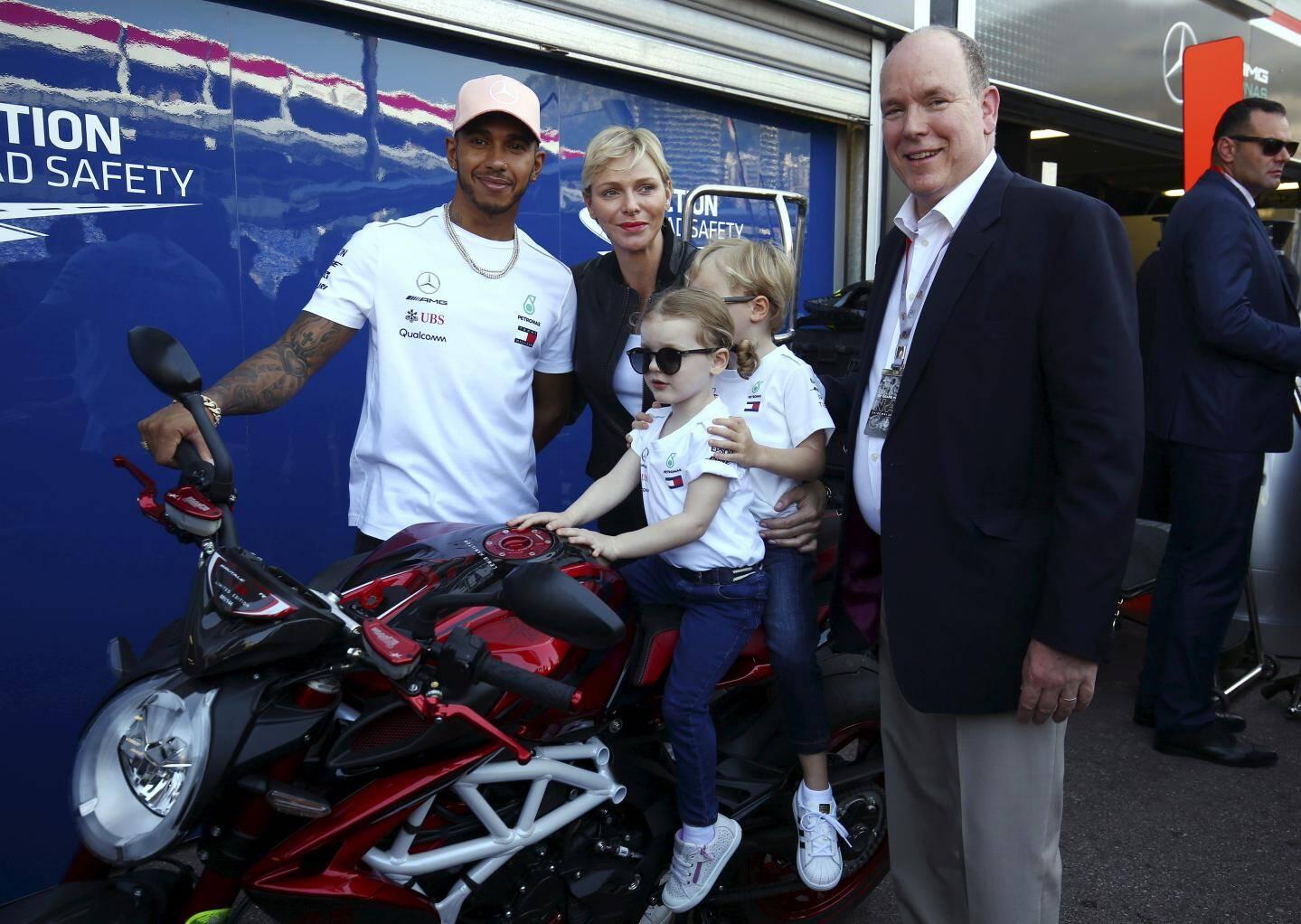 Un tour dans les stands, après une séance d'essais à l'occasion du Grand Prix de Monaco… où les enfants ont rencontré Lewis Hamilton.