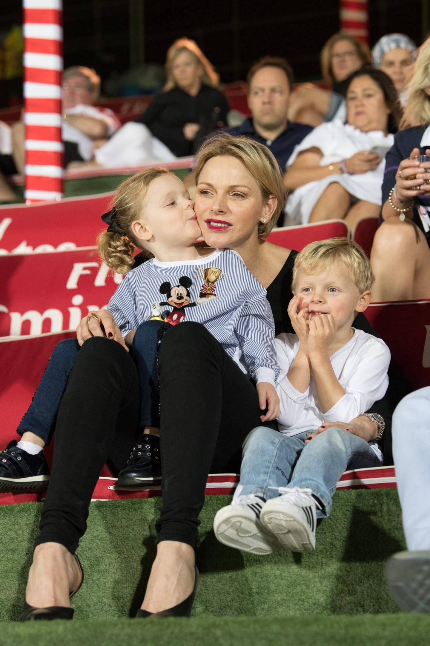 Instant câlin à Dubaï, dans les tribunes d'un stade de rugby pour soutenir l'équipe de Monaco.