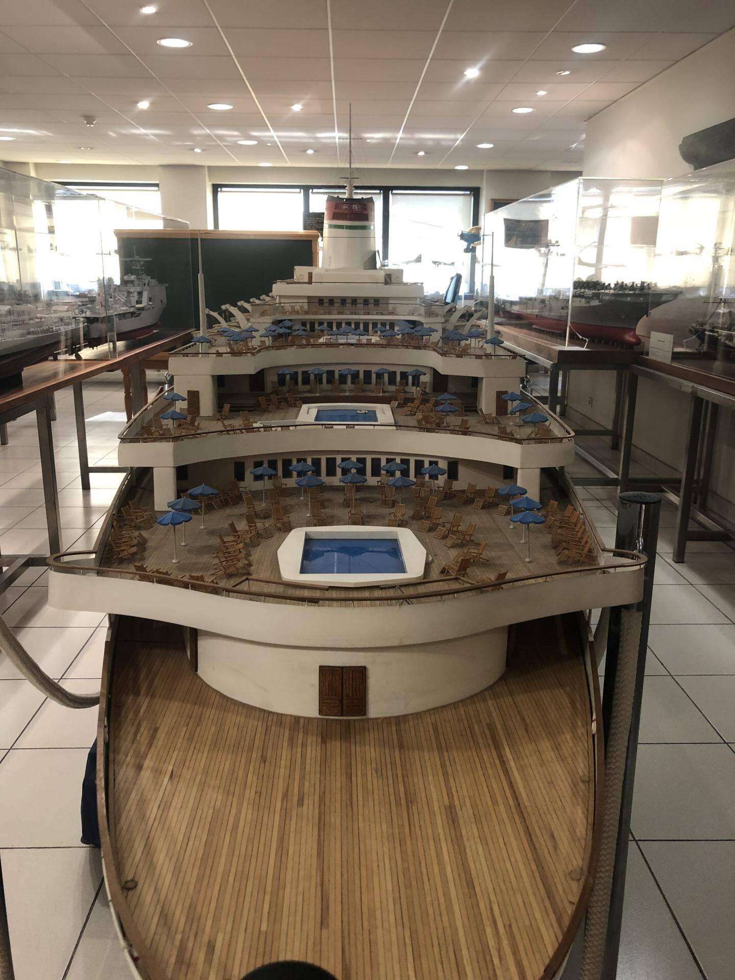 Le pont du paquebot « Leonardo de Vinci » avec ses trois piscines.