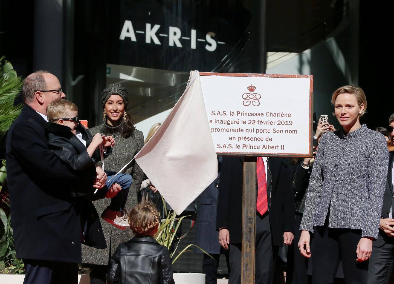 Aidée par son fils, la princesse a inauguré la promenade qui porte son nom.