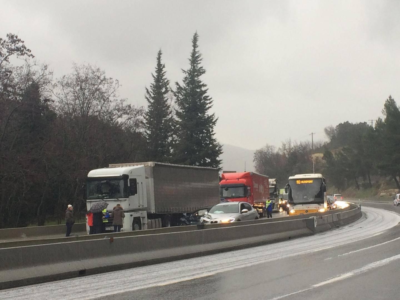 Un carambolage impliquant au minimum quatre véhicules a provoqué la fermeture de l'A8 dans le sens Monaco-Nice, juste après la sortie Monaco, ce samedi vers 9h.