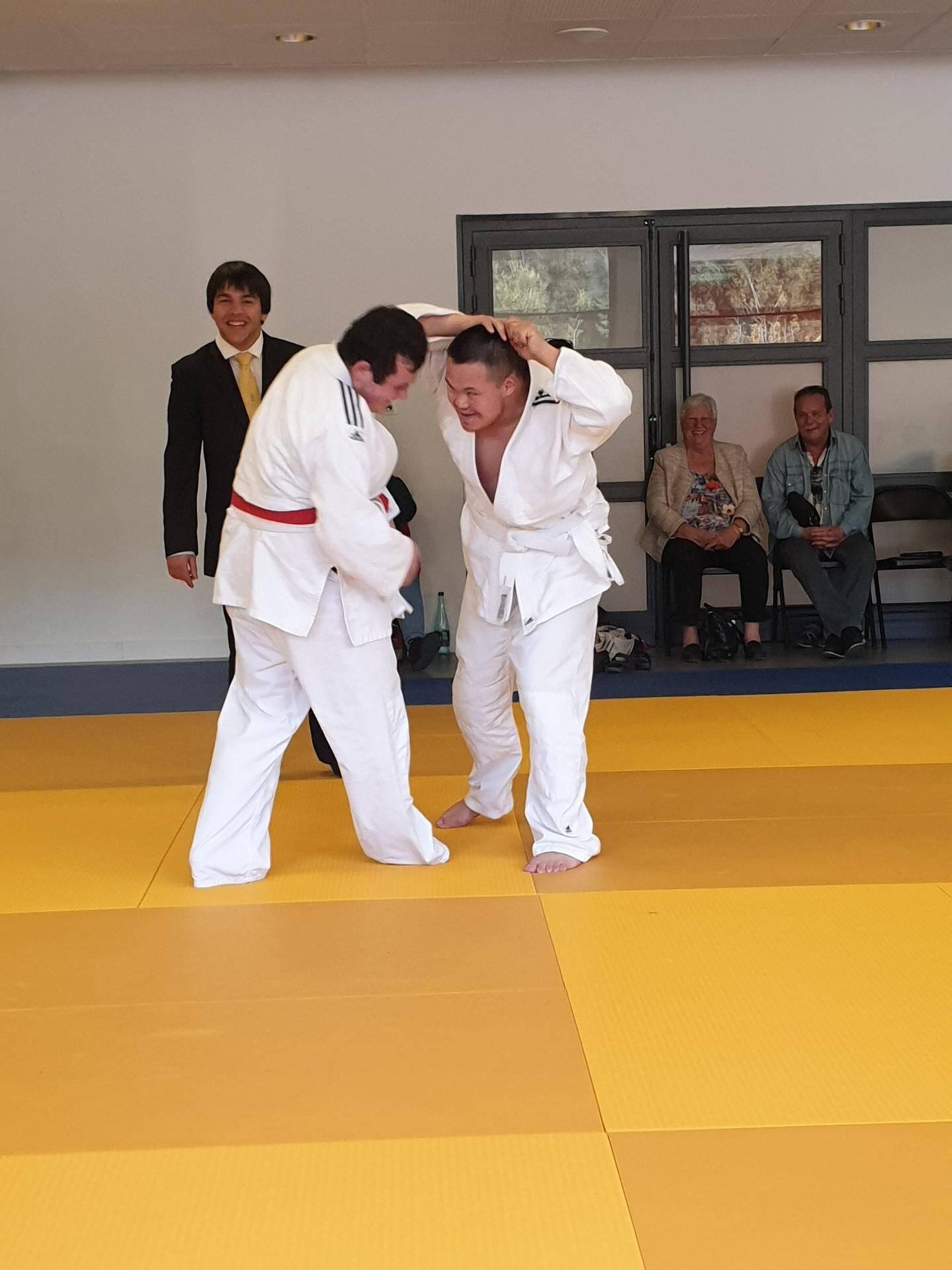 Les combats ont été très disputés tout en gardant une ambiance très conviviale. (À droite), le professeur du club de judo de Pierrefeu, Patrick Lefrançois, était présent pour arbitrer les sportifs.