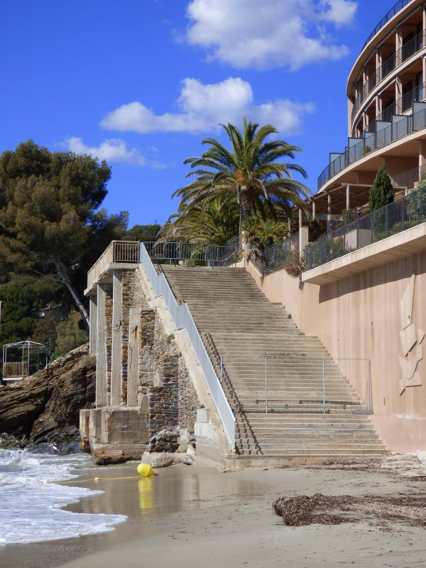Les coups de mer ont démoli en 2010 le bas de l'escalier de la plage est, qui a dû être reconstruit depuis.