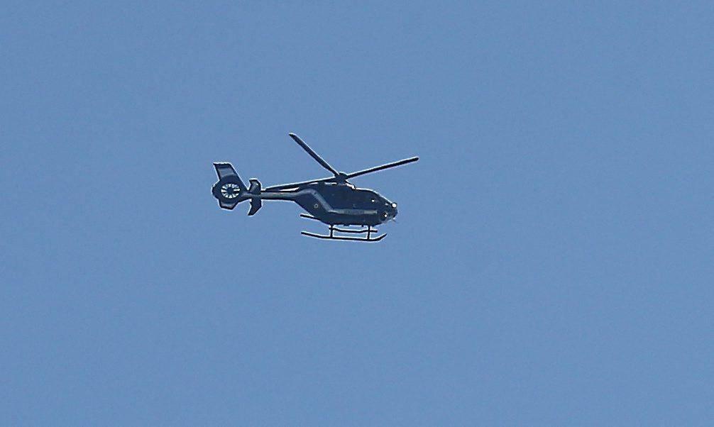 Un hélicoptère survole la zone