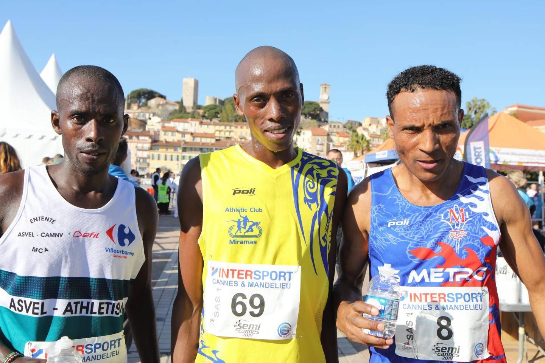 L'arrivée des 3 premiers du semi marathon de Cannes. Rutoh Dennis (au centre), Nsengiyumva Dieudonné (à gauche) et Kumbi Bechere Tura (à droite) ont terminé respectivement en 1h03, 1h06 et 1h07.