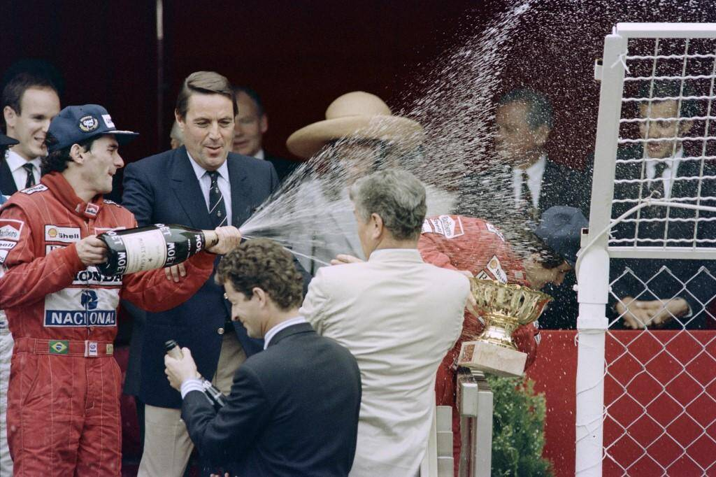 Ayrton Senna arrose le Prince Albert et son coéquipier Alain Prost en 1989 sous le regard de la Princesse Caroline.