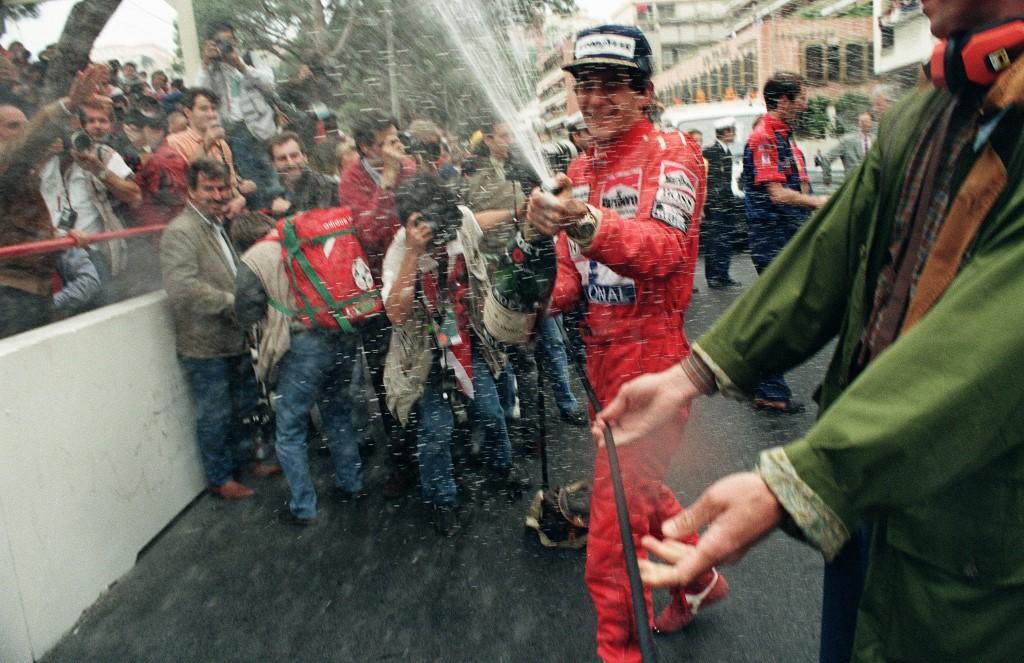 Ayrton Senna célèbre sa victoire en 1991.