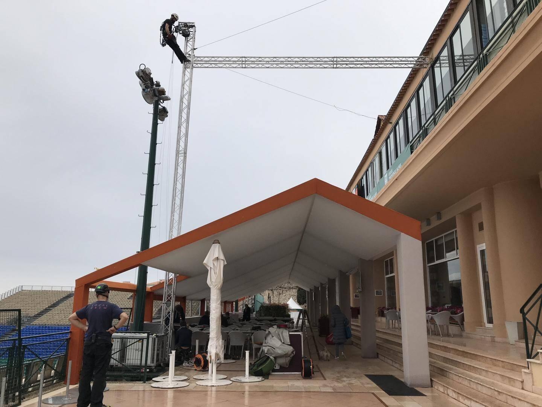 Equilibristes en action pour parfaire l'installation électrique.