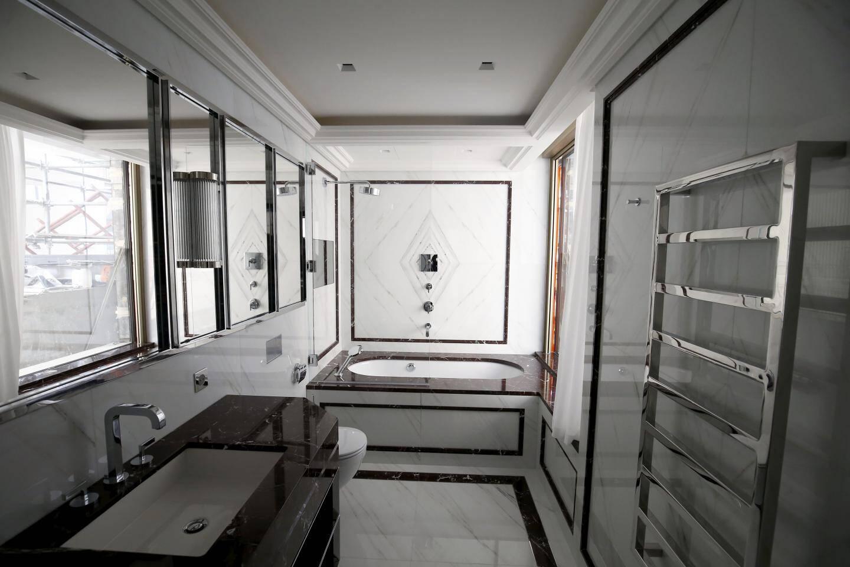 Dans les salles de bains, le marbre importé directement de Carrare se décline dans diverses couleurs, de l'onyx au gris perle.