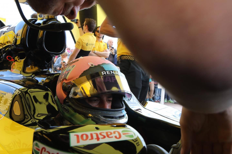 Daniel Ricciardo concentré se prépare à accélérer