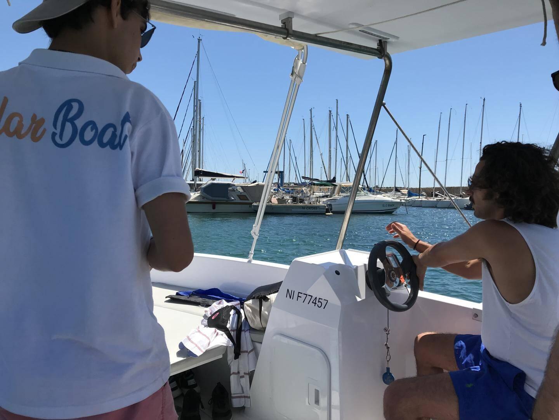 Quelques explications sur le pilotage et les règles de sécurité avant la virée en mer.
