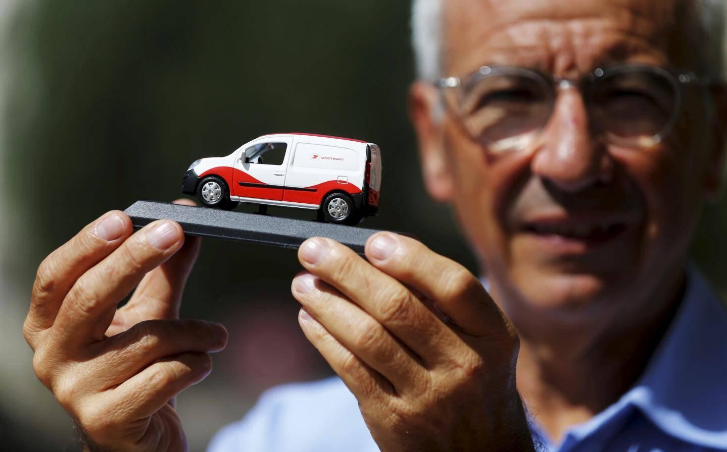 Jean-Luc Delcroix et la miniature du Kangoo ZE.