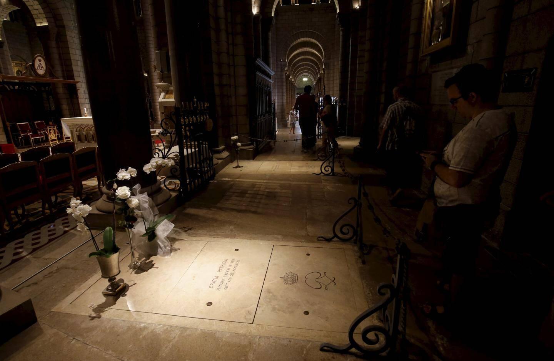 Dans le déambulatoire, les sépultures des souverains. Ici, celle de la princesse Grace, source de grande émotion pour les visiteurs.