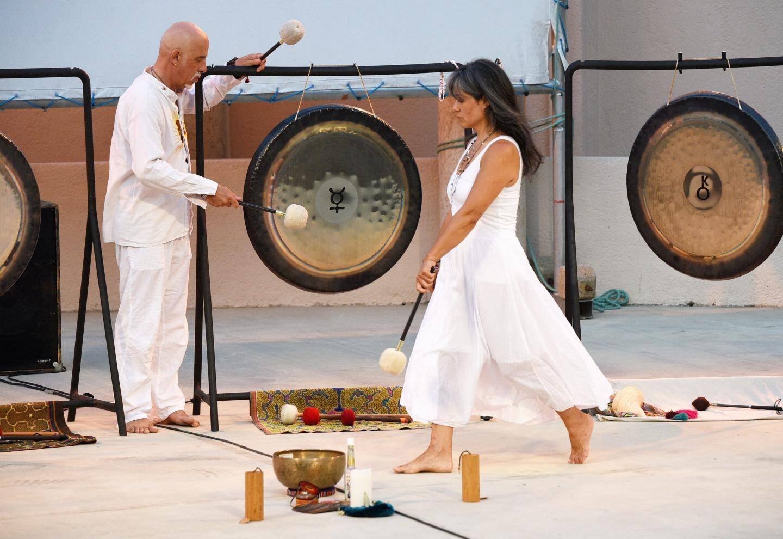 Le concert de gongs et bols orchestré par Philippe Garnier.