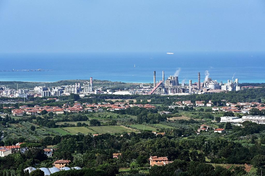 Vue aérienne de l'usine chimique Solvay et de la plage de Rosignano Solvay, le 31 juillet 2019 en Toscane