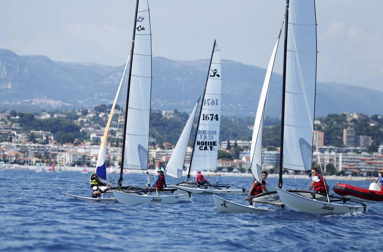 Catamarans et planches à voile vous attendent à la location à Cagnes.