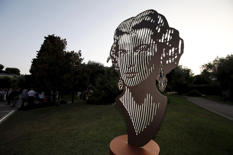 Devant le souverain, l'artiste brésilien Marcos Marin a présenté son portrait XXL de Grace Kelly.
