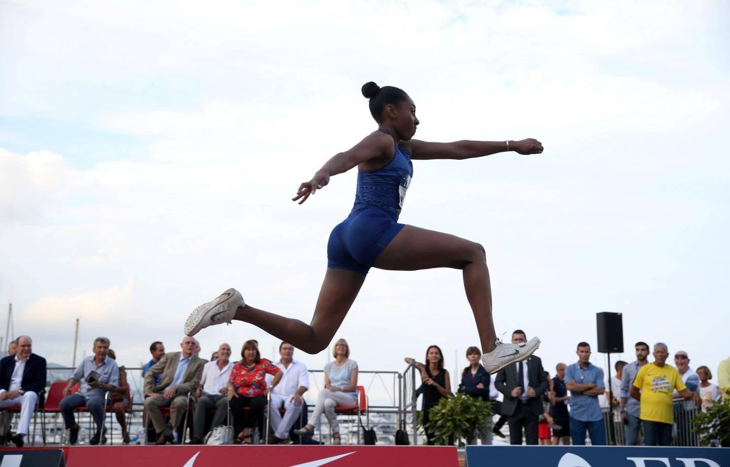 Après le saut à la perche et le lancer du poids, c'est l'épreuve de triple saut féminin du meeting Herculis qui était délocalisée sur le port Hercule en juillet. Et il y avait foule pour observer les championnes aux bottes de sept lieues.