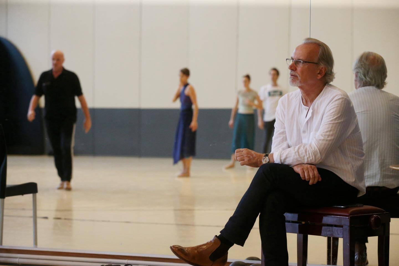 Dans un coin du studio, Bertrand Maillot suit la répétition et les gestes chorégraphiques de son frère Jean-Christophe. Un échange qui inspire ensuite la partition musicale qu'il adapte pour ce ballet.