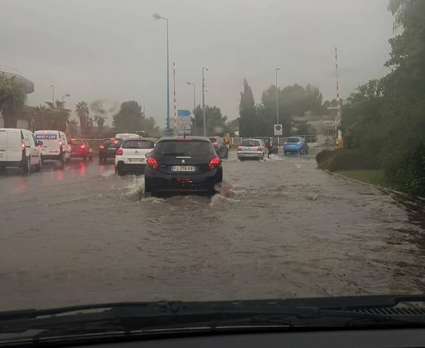 Le rond-point Weisweiller, juste avant le rond-point de Provence, était inondé.