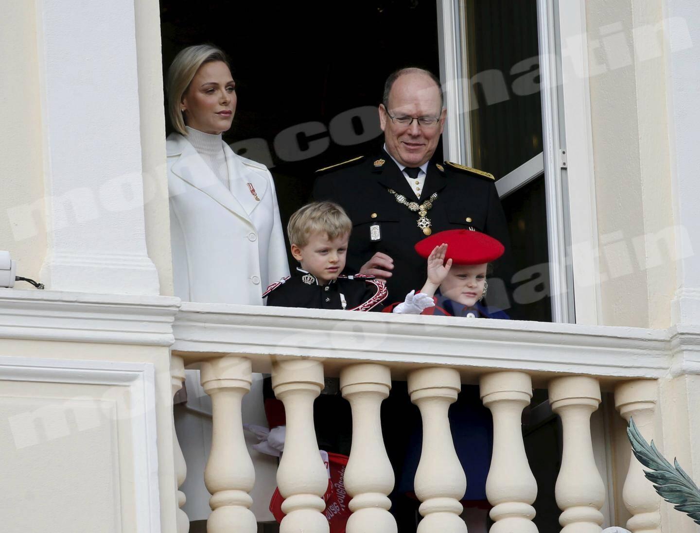 Le couple princier et ses enfants se sont présentés, hier midi, aux fenêtres du Palais princier devant une foule qui les attendait.
