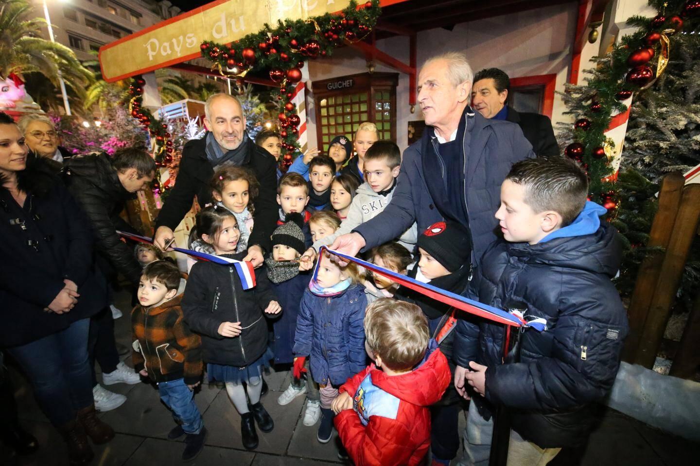 """""""Vous allez découvrir des choses merveilleuses!"""", lance Hubert Falco aux enfants qui l'entourent."""