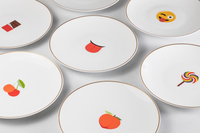 Un coffret d'assiettes emojis à 420 euros.