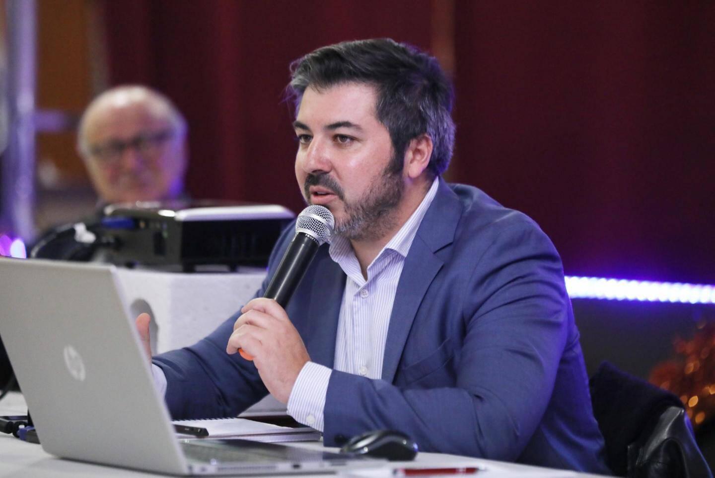 Pendant cette réunion publique, les Moissacais et Moissacaises présents ont eu la liberté de poser des questions, à destination des spécialistes du solaire comme Alexandre Ledoux (à droite).
