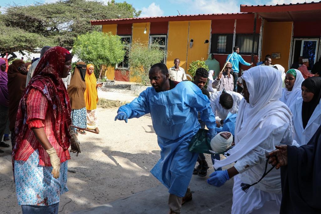Des secouristes prennent en charge des blessés après l'explosion d'une voiture piégée à Mogadiscio le 28 décembre 2019