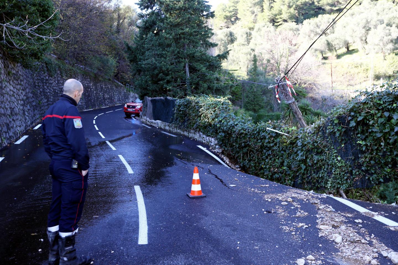 La route qui mène au village a été coupée au niveau du n°4403 en raison d'un effondrement partiel de la chaussée.