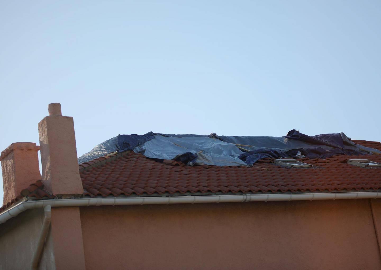 Depuis cinq longues semaines, des bâches sur le toit pour seule protection.