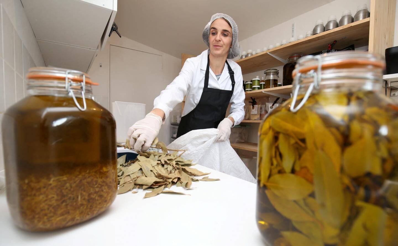 La créatrice a installé son laboratoire de fabrication dans une dépendance de sa maison.