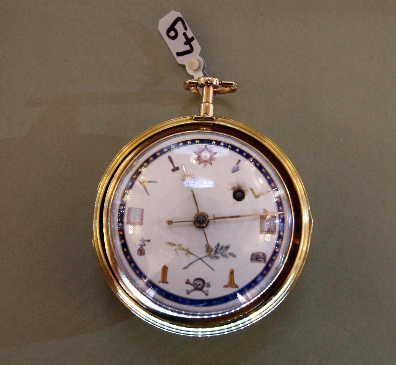 Cette montre reprend les motifs de la franc-maçonnerie sur son cadran.