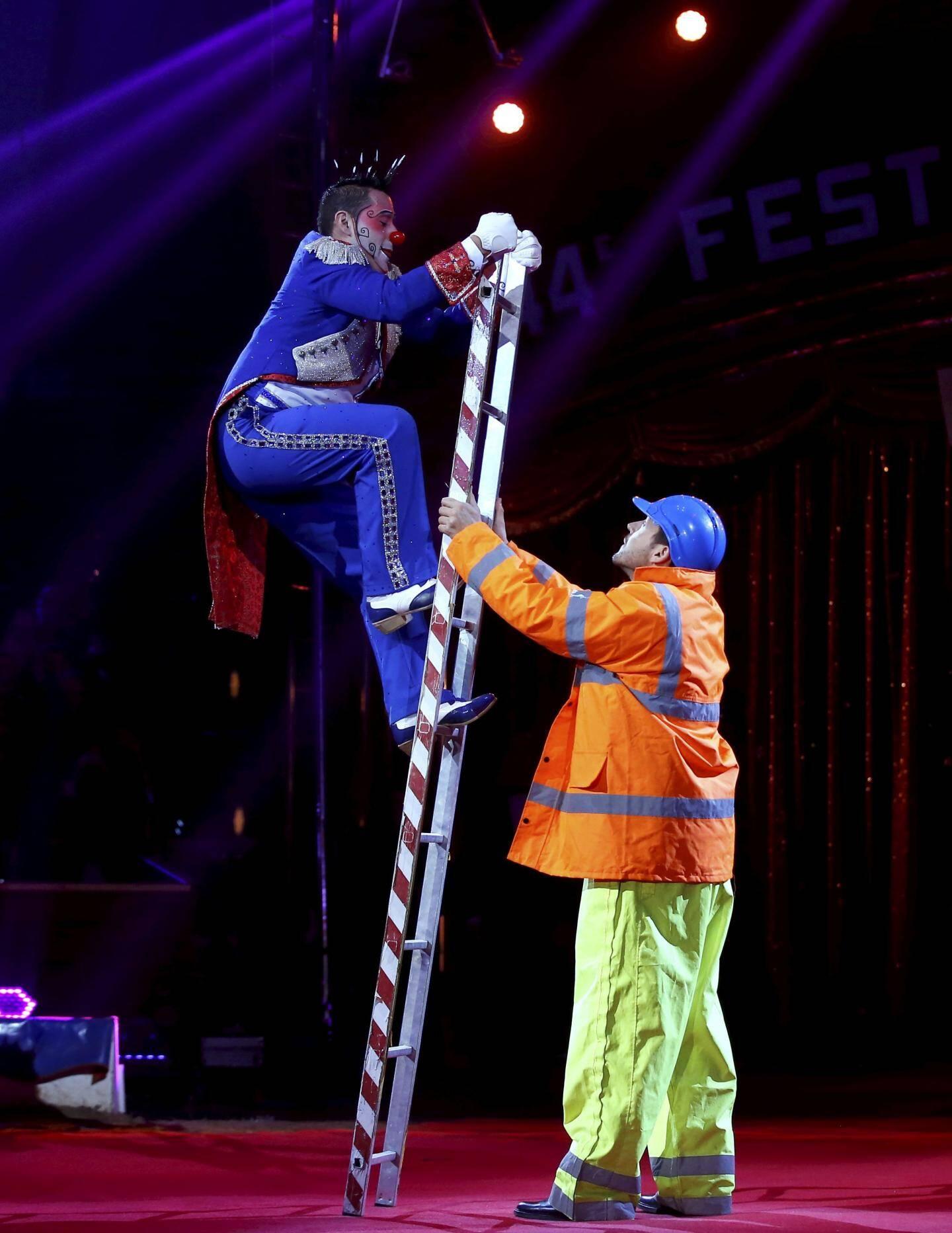 Il a mérité son Clown d'argent, le Vénézuélien Henry Ayala, pour avoir bien fait rire le chapiteau, et même les spectateurs choisis dans le public pour l'accompagner sur la piste dans ses numéros loufoques. Avec ses comparses, il a aussi montré qu'il était un funambule hors pair tutoyant le sommet du chapiteau avec grâce.