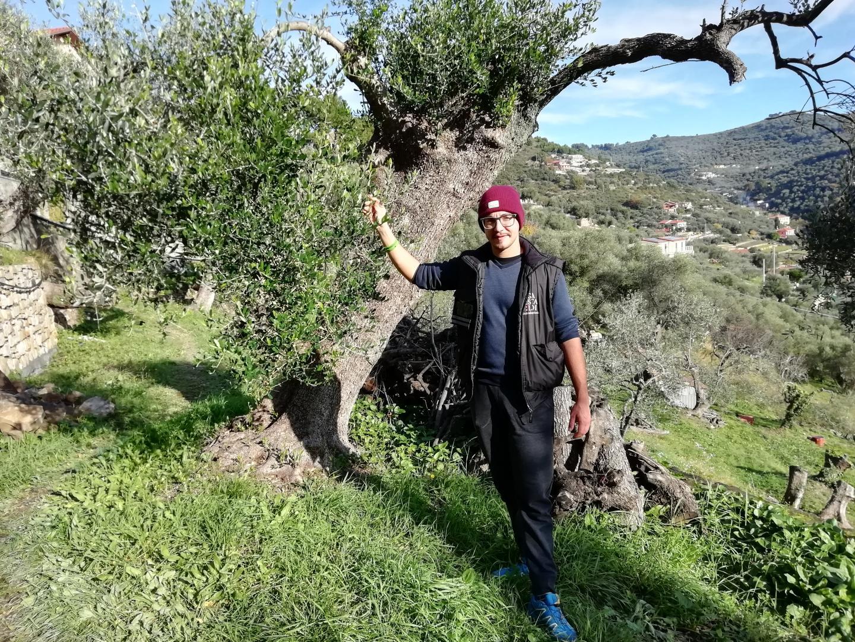Flora a rencontré Christian, 26 ans, qui produit de l'huile d'olive à Imperia.