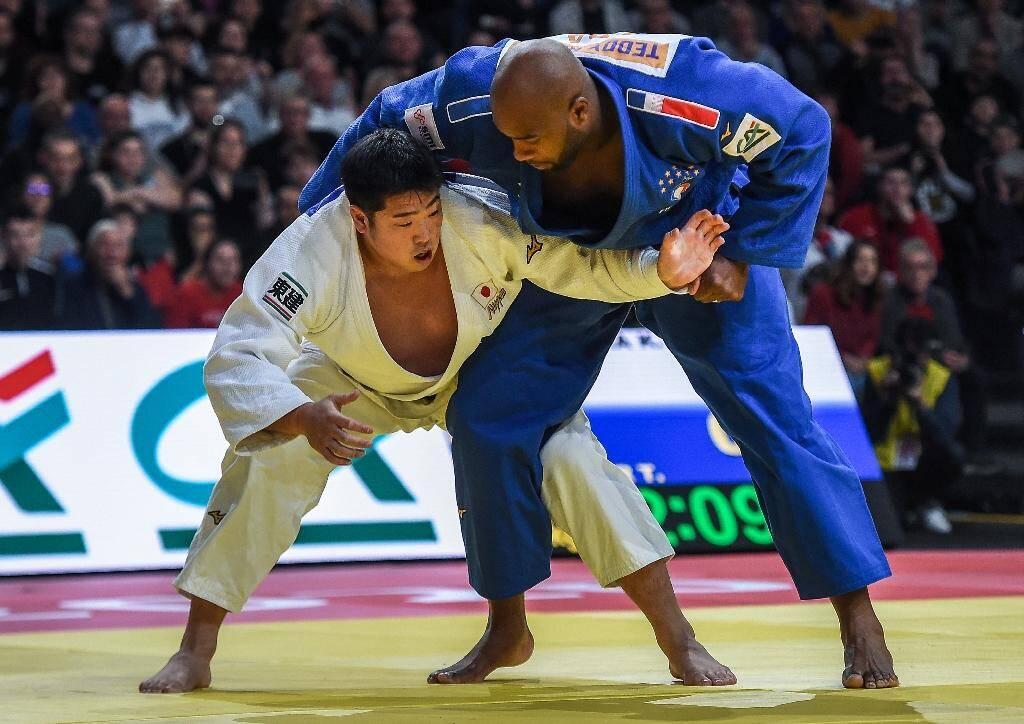 Le judoka français Teddy Riner (d) face au Japonais Kokoro Kageura lors du 3e tour du tournoi de Paris, le 9 février 2020