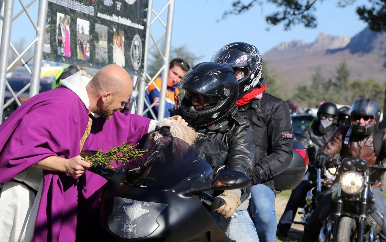 C'est le frère dominicain Marie-Olivier qui a bénit les motard et leurs montures.