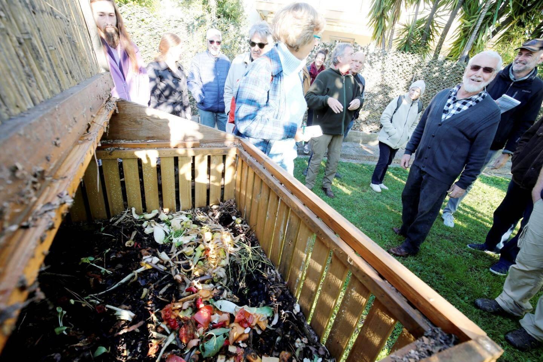 Dans le composteur, on met de l'herbe, des déchets organiques de cuisine et un peu de broyat.