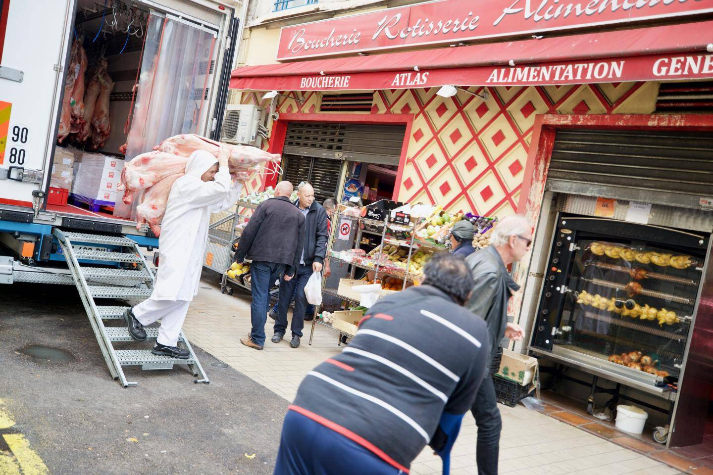 """Rue Jean Jaurès, la boucherie Atlas reçoit encore une grosse livraison de """"barbaque"""". Un camion entier de carcasse, à transporter sur les épaules: eux ne vont pas manquer d'approvisionnement!"""